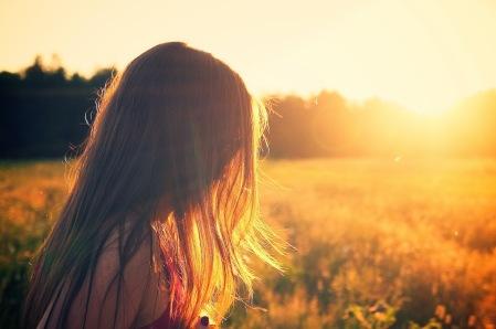 mujer-amanecer-brillo-melena-cabellos