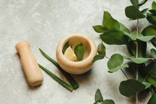 composicion-plana-laica-productos-cosmeticos-botanica-organica-natural-medicina-alternativa-hierbas-productos-belleza-naturales-cuidado-piel-creacion-cosmetica-natural-mortero_121946-597